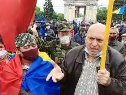 """Galerie foto/ Protestul veteranilor în PMAN: """"Nu ne ducem până când nu ne dau țara înapoi, cerem demisia lui Dodon"""". Zeci de polițiști, unii călare pe cal, iar alții pe jos, au împânzit centrul capitalei"""