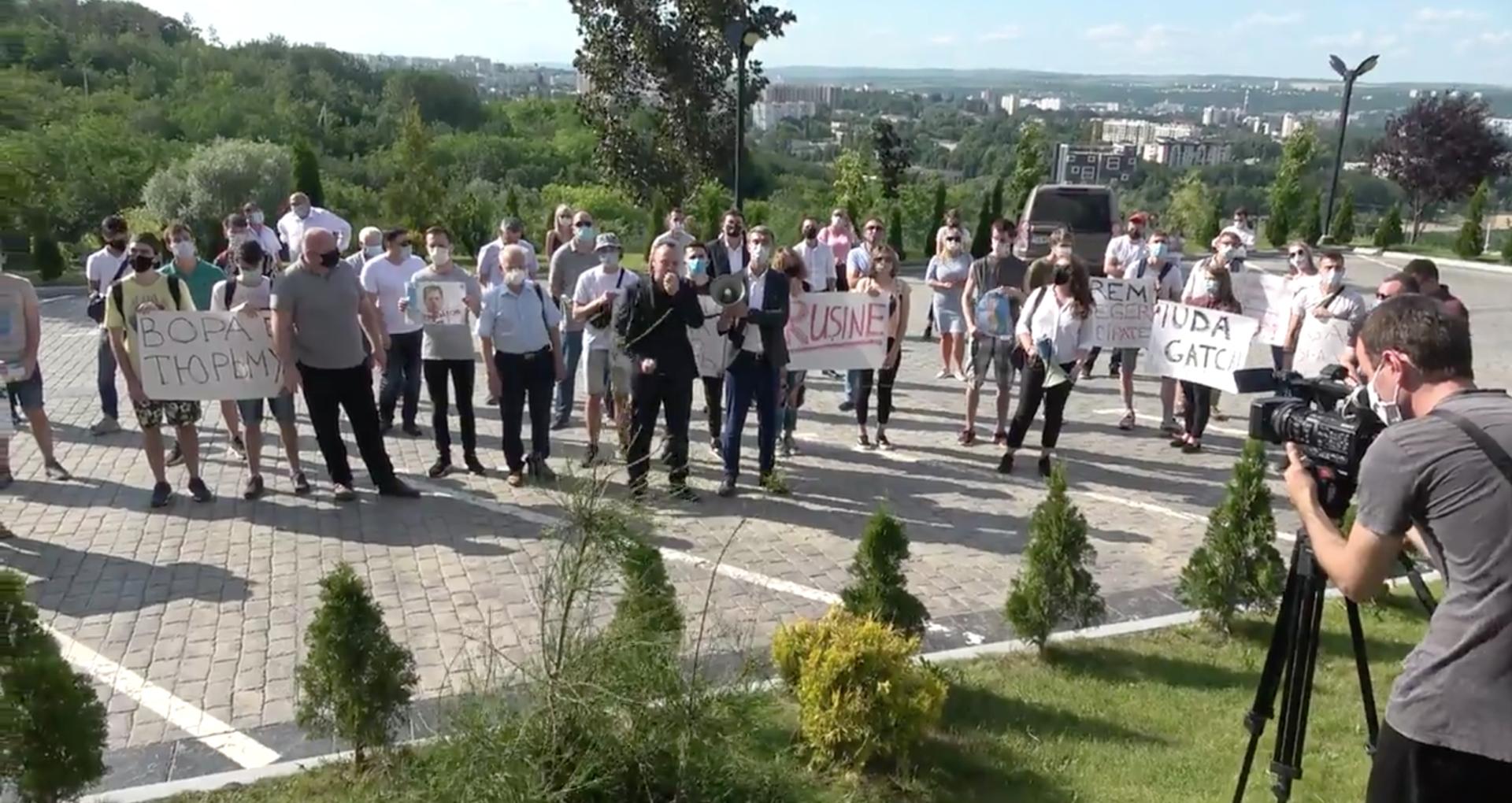 VIDEO/ De la maternitate, la casa unde locuiește Ștefan Gațcan. Socialiștii continuă protestele față de plecarea fostului lor coleg