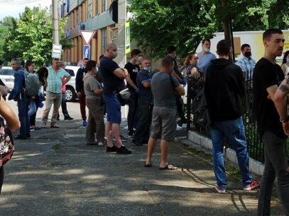 Galerie foto/ Zeci de oameni stau la coadă la Dispensarul Republican de Narcologie pentru perfectarea actelor în legătură cu permisele de conducere
