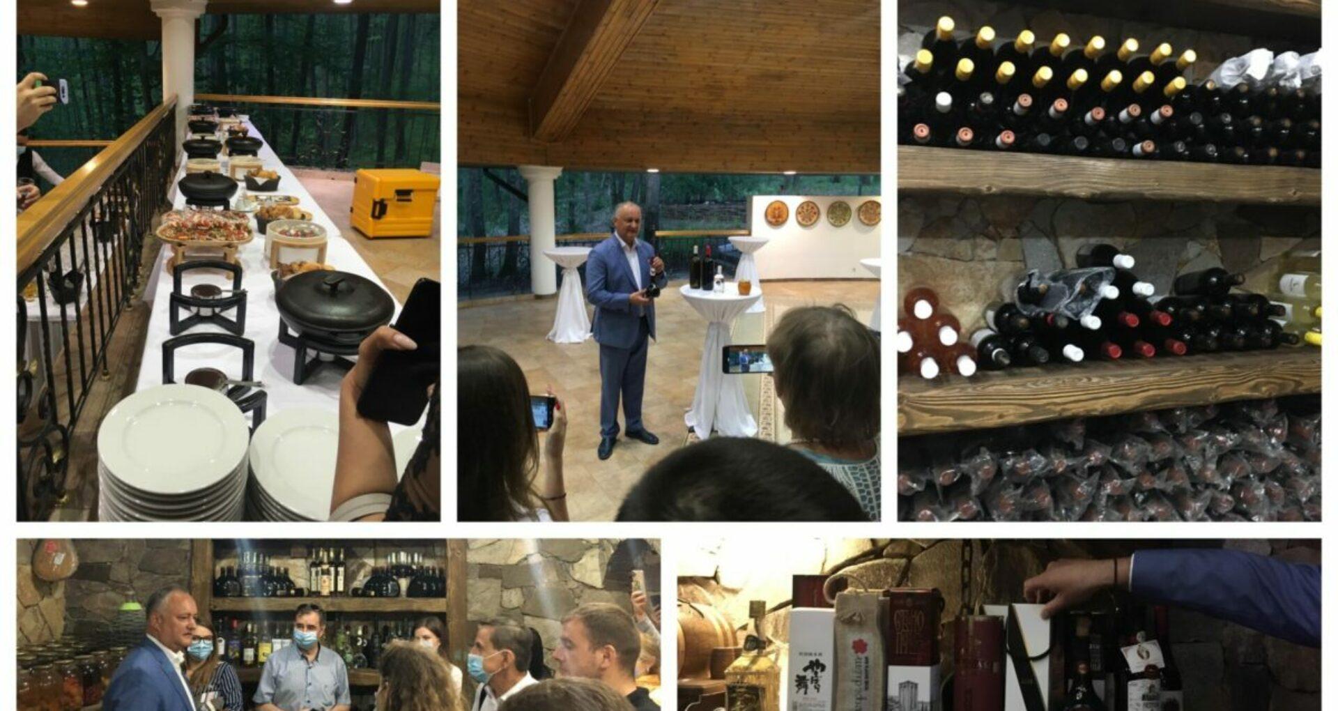"""FOTO, VIDEO/ Din culisele conferinței de presă organizată de Dodon la vila prezidențială: Excursie în beci, cadouri pentru jurnaliști și răspunsuri """"de-atâta"""""""