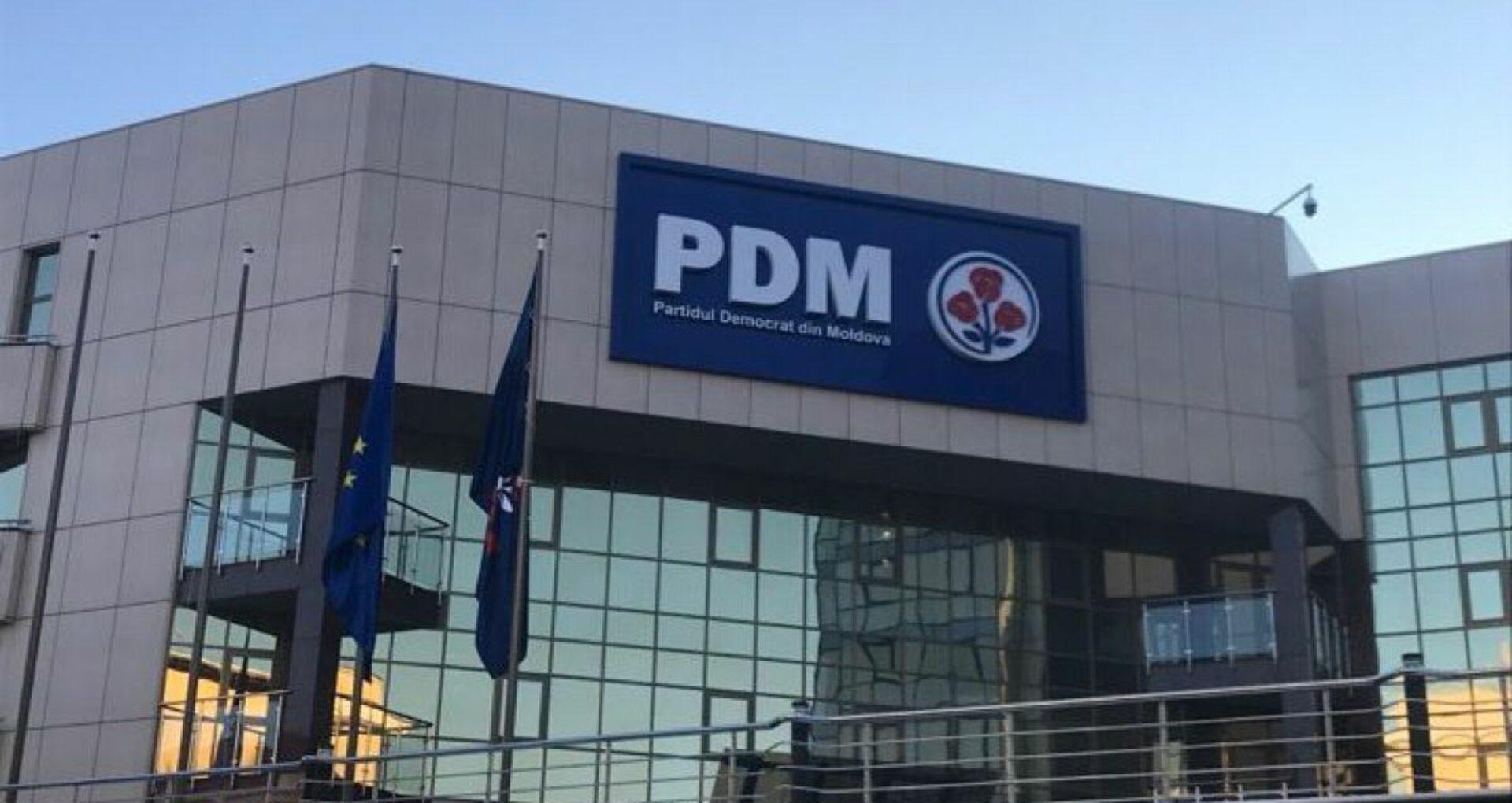 O persoană, reținută în urma perchezițiilor la fostul sediu PDM. PG: Activitățile s-au desfășurat în cadrul investigațiilor vizând frauda bancară, în care este documentată inclusiv activitatea organizației criminale, conduse de Vladimir Plahotniuc