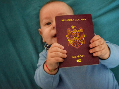 Pașaportul copilului minor — cât costă, cum se perfectează și care sunt categoriile de persoane care beneficiază de înlesniri