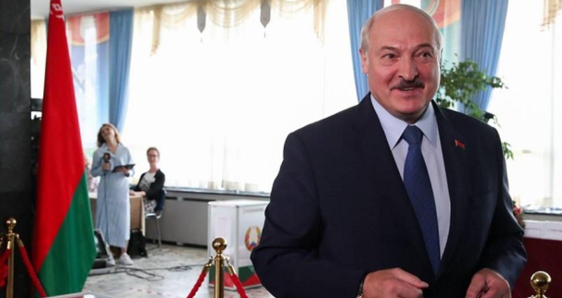 Aleksandr Lukașenko spune că va renunța la funcție când se va adopta o nouă constituție, fără să precizeze când va avea loc această schimbare