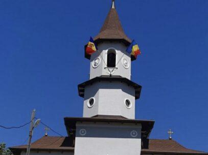 Mișcarea Politică UNIREA îi promite sprijin juridic preotului care riscă să fie amendat pentru că a arborat drapelul R. Moldova și pe cel al României pe clopotniță