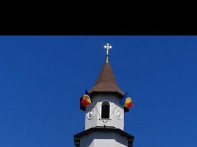 """Un preot din Ungheni care a arborat drapelul R. Moldova și pe cel al României pe clopotniță riscă să fie sancționat: """"Nu cobor niciun steag"""""""