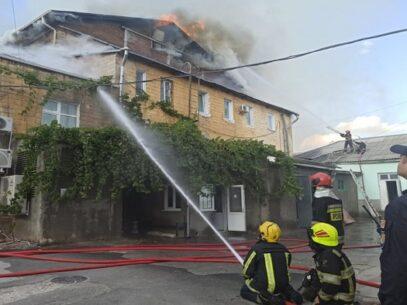 VIDEO/ FOTO. Stare de alertă la Filarmonica Națională. S-a prăbușit acoperișul și tavanul, iar flăcările au cuprins cu repeziciune și interiorul clădirii: zeci de pomieri luptă, în continuare, cu flăcările