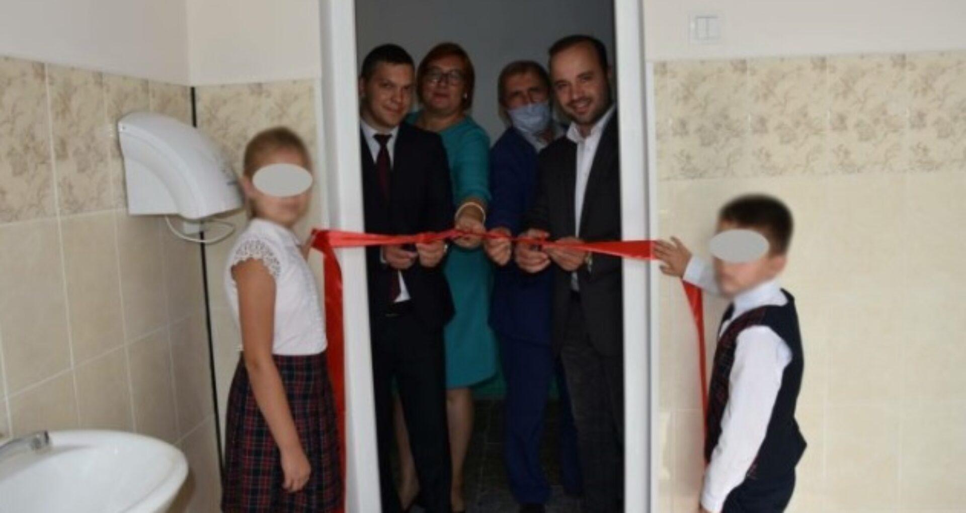 """Panglica roșie ținută de doi copii la inaugurarea veceului. Directoarea scolii din Hiliuți, amendată. Șeful CNS Bălți: """"Inspectorii au constatat că au fost admise încălcări"""""""