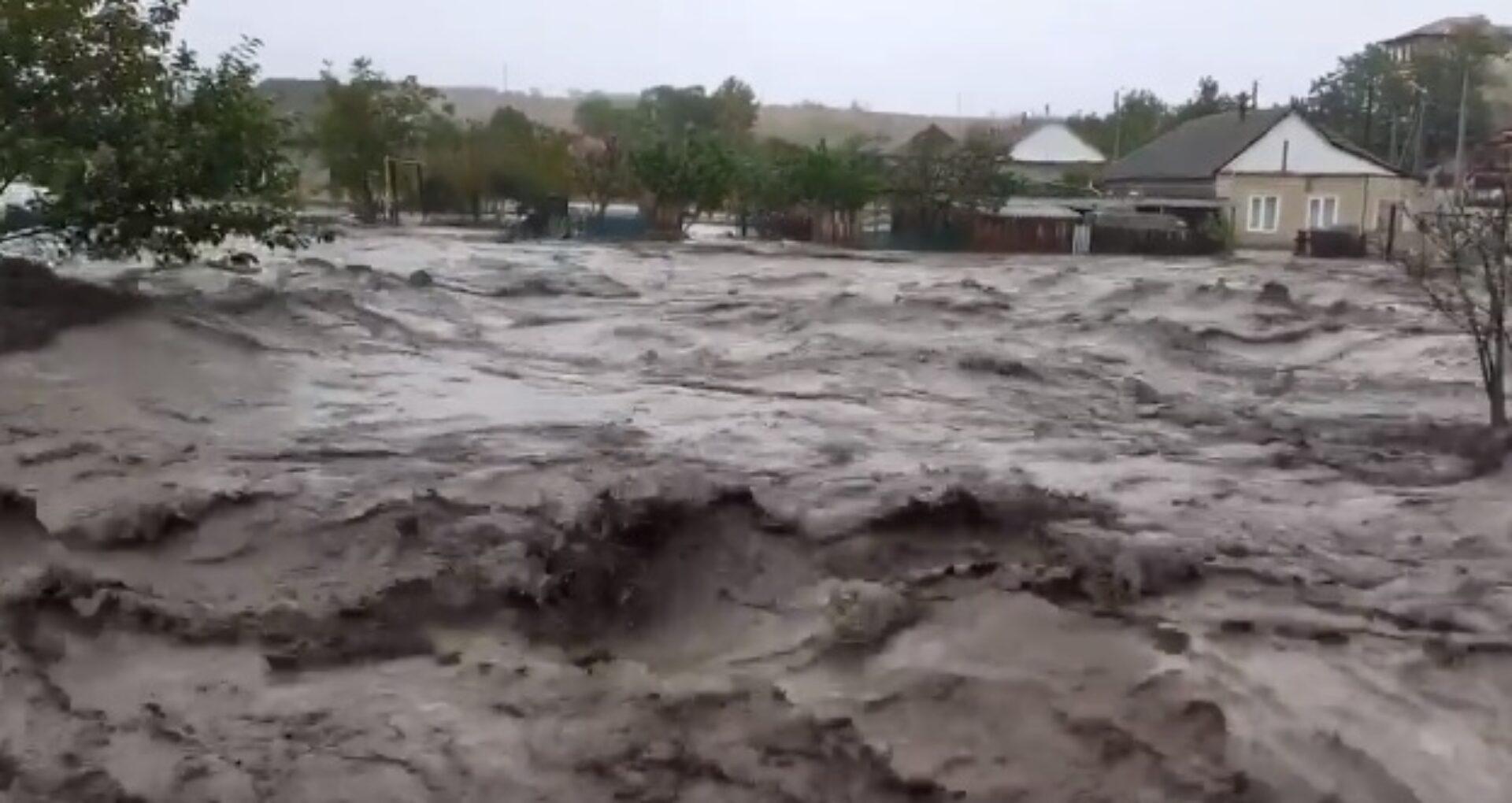 """VIDEO/ Imagini apocaliptice la Comrat: mai multe case și drumuri au fost înghițite de apă. Femeie, în lacrimi: """"Casa mea e acolo… sub apă"""". Patru localnici, transportați la spital"""