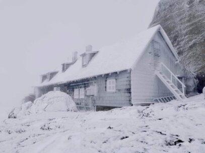 FOTO/ Imagini de poveste în munții Bucegi: Vârful Omu a fost acoperit de zăpadă