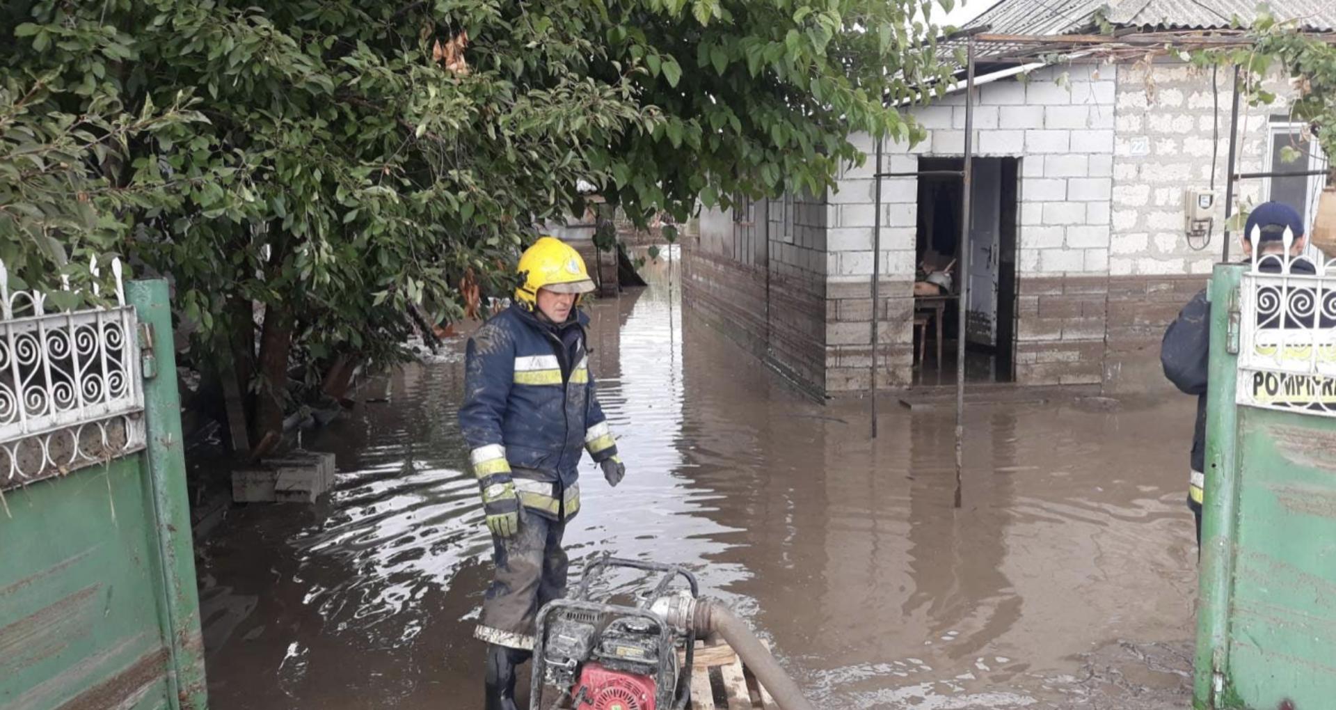 Străzi și locuințe din mai multe raioane – inundate și oameni evacuați de salvatori. Ultimele informații despre consecințele ploii de ieri