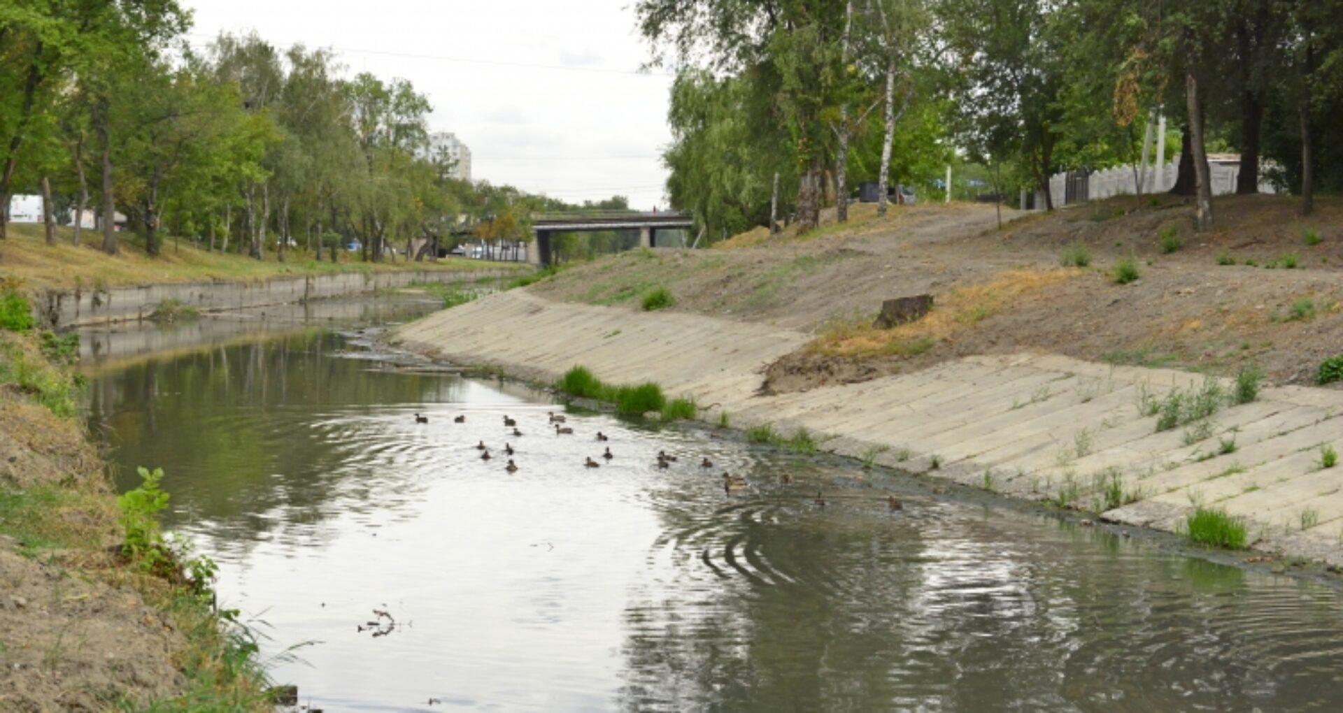 Autoritățile anunță că au fost finalizate lucrările de curățare a circa 2 km din albia râului Bâc