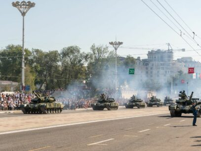 """FOTO,VIDEO/ Paradă militară cu tancuri și blindate la Tiraspol. Regimul din Stânga Nistrului a marcat cea de-a 30-a aniversare a așa-zisei """"zile a Republicii"""""""