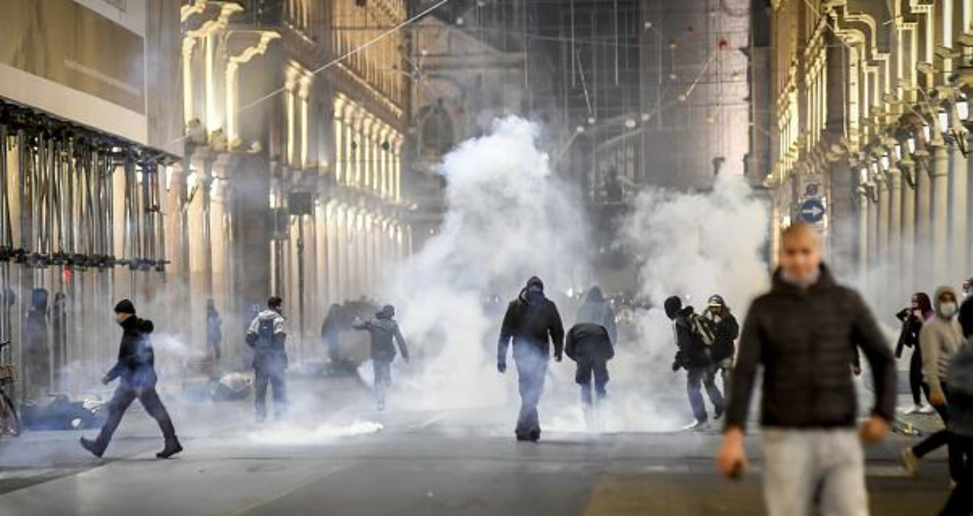 FOTO/ Italia a fost cuprinsă de un val de proteste violente, după ce au fost impuse mai multe restricții anti-covid