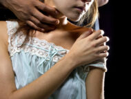 Un tânăr care ar fi abuzat sexual surorile sale vitregi, pe parcursul a cinci ani, deferit justiției