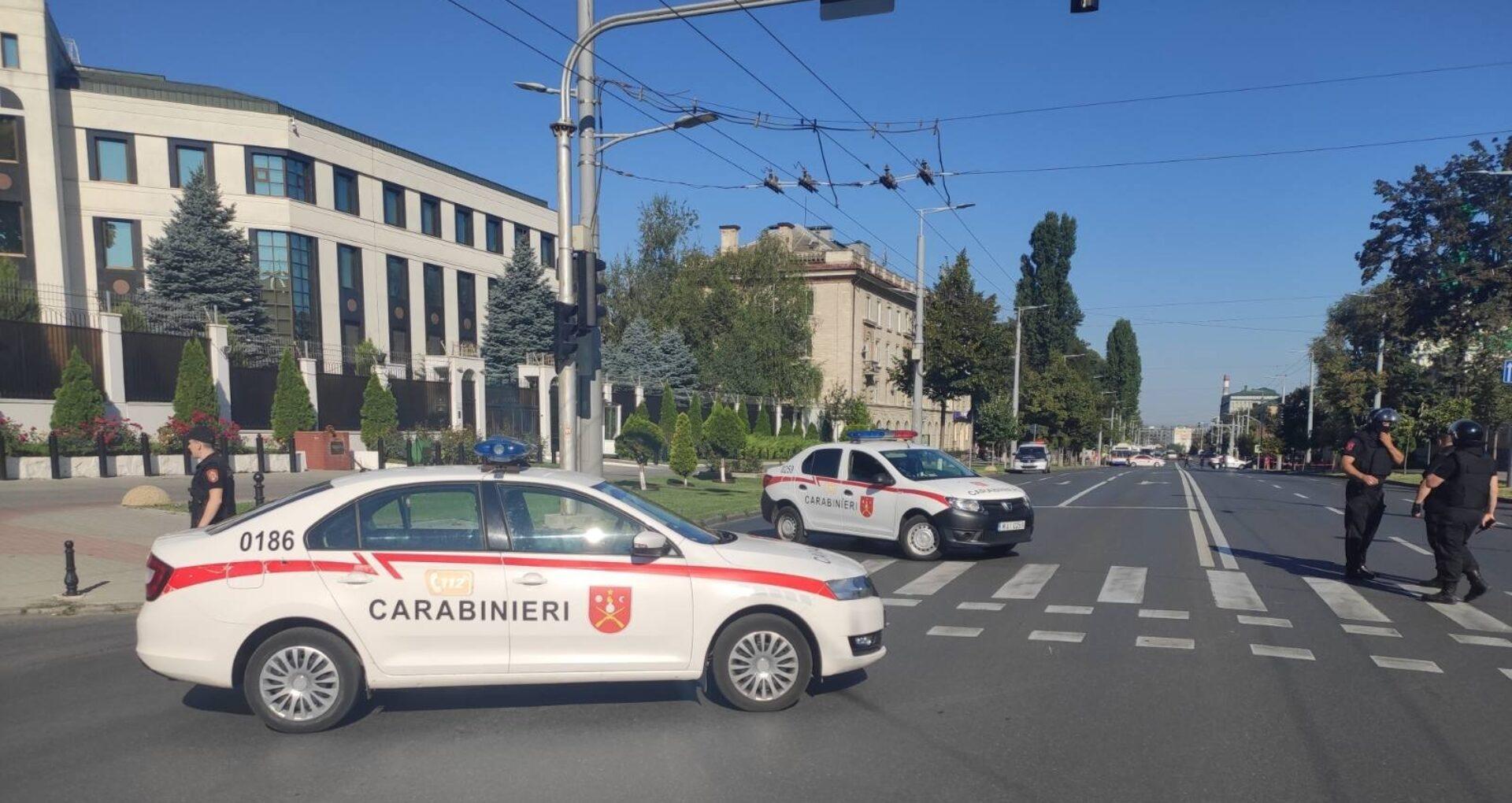 Un carabinier, internat în spital după ce s-a electrocutat lângă Ambasada Rusiei la Chișinău, în timpul misiunii de serviciu