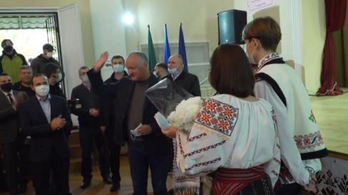 Aplauze și huiduieli: cum a fost întâmpinat Igor Dodon de către alegătorii de la Fălești
