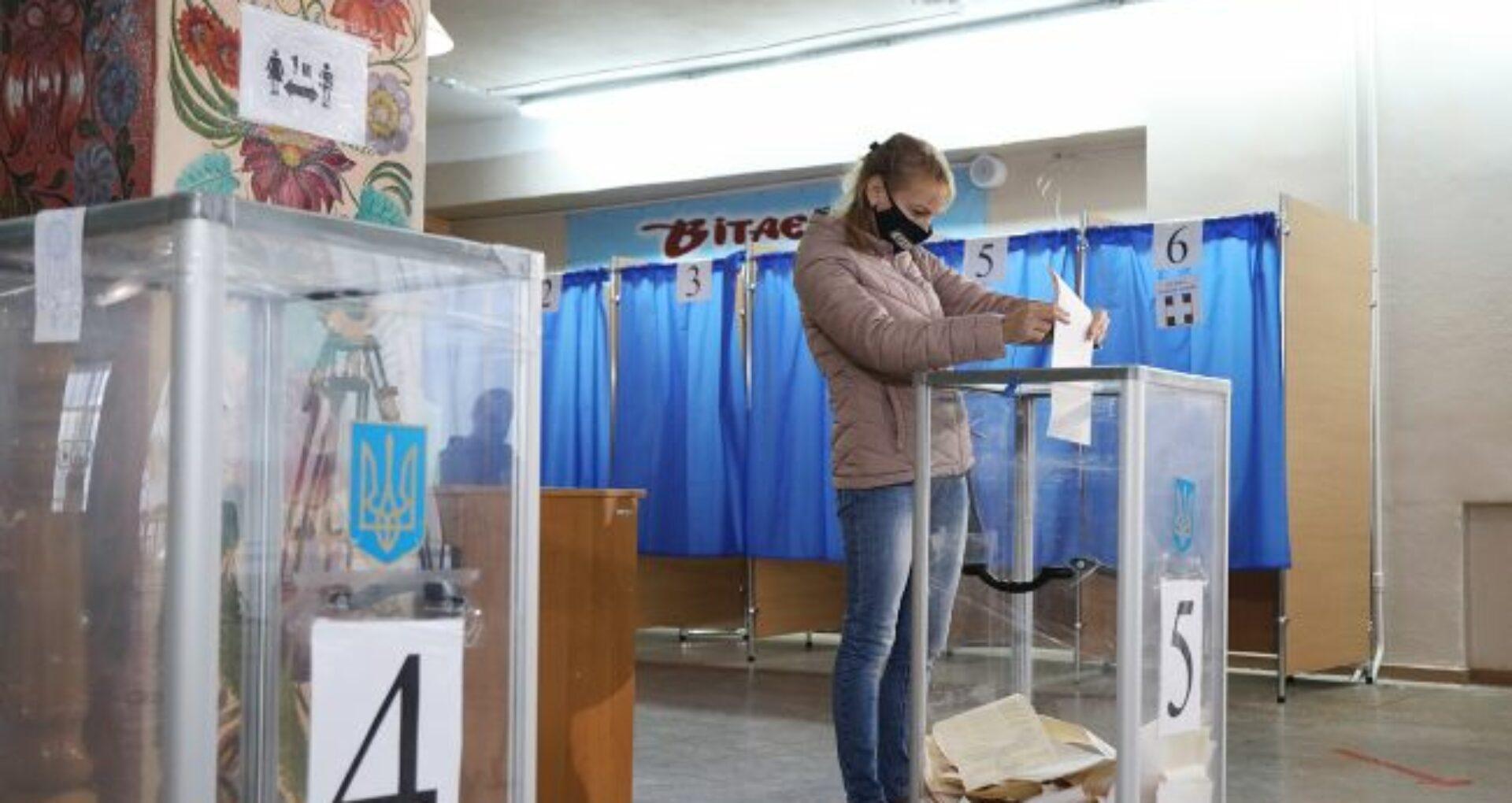Ucraina și-a ales duminică primarii, consilierii locali şi regionali. Partidul lui Zelenski, marele perdant
