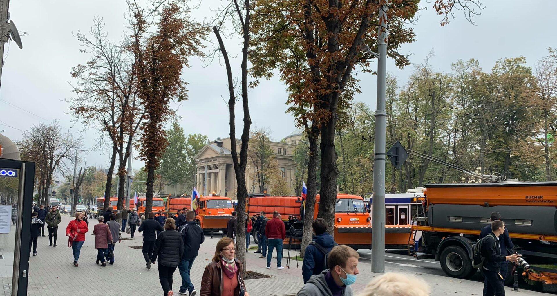 """FOTO/ """"Duble standarde"""" sau """"campanie electorală pe banii rușilor""""? Ceremonie cu fast în centrul capitalei cu cele 5 autospeciale de deszăpezire donate de Moscova"""
