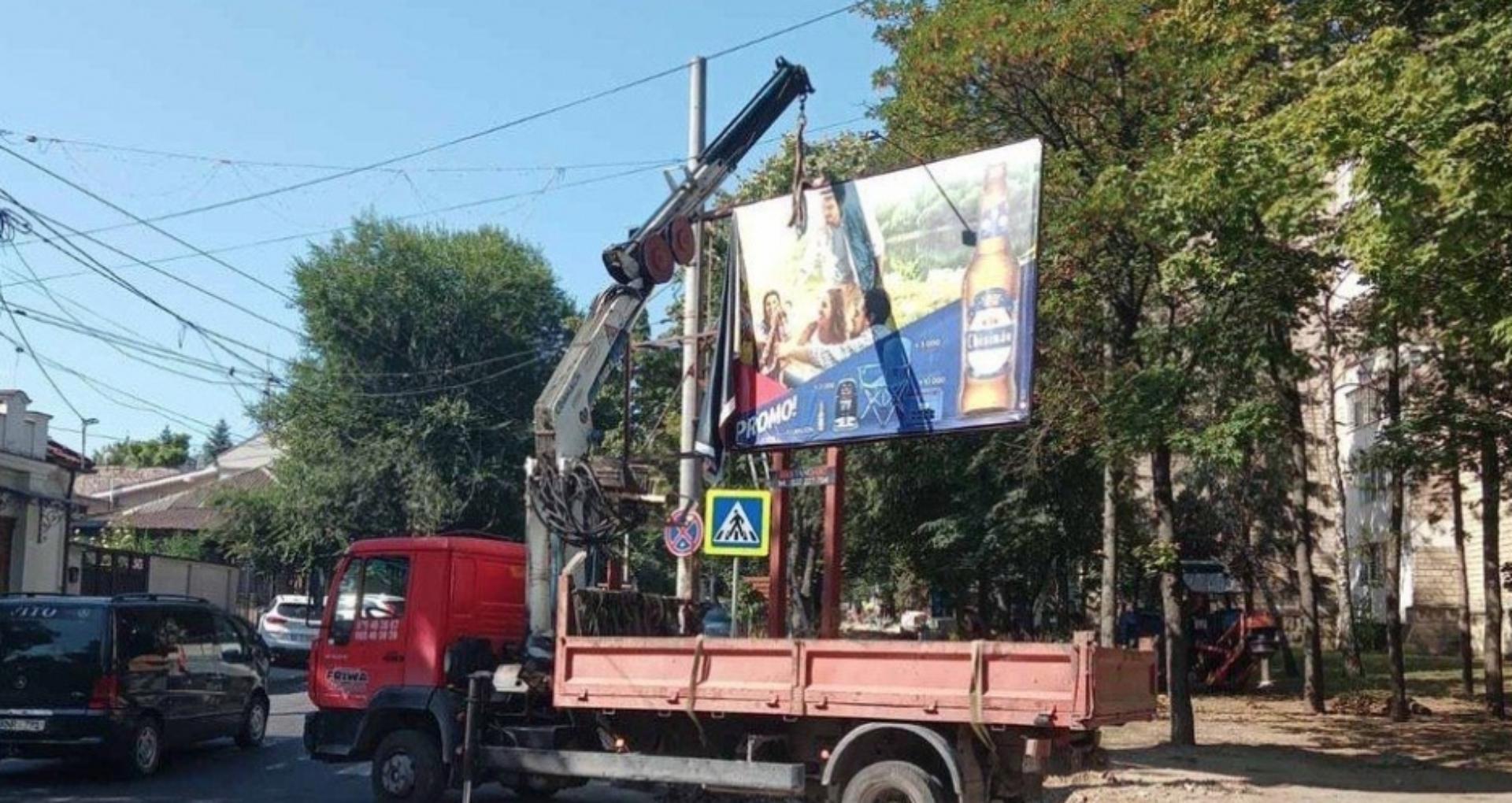 Primăria Chișinău: Alte 68 de panouri publicitare vor fi demontate şi evacuate de pe străzile capitalei