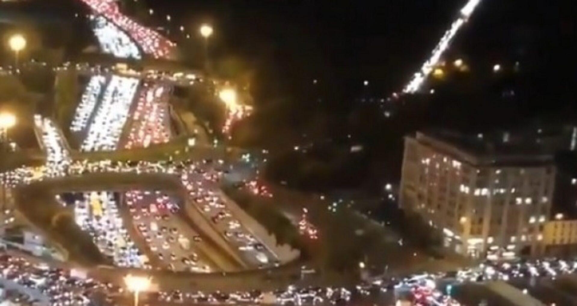 VIDEO/ Oamenii fug din Paris, de teama carantinei. La ieșirea din oraș s-au format cozi uriașe de mașini, gările și autogările sunt sufocate