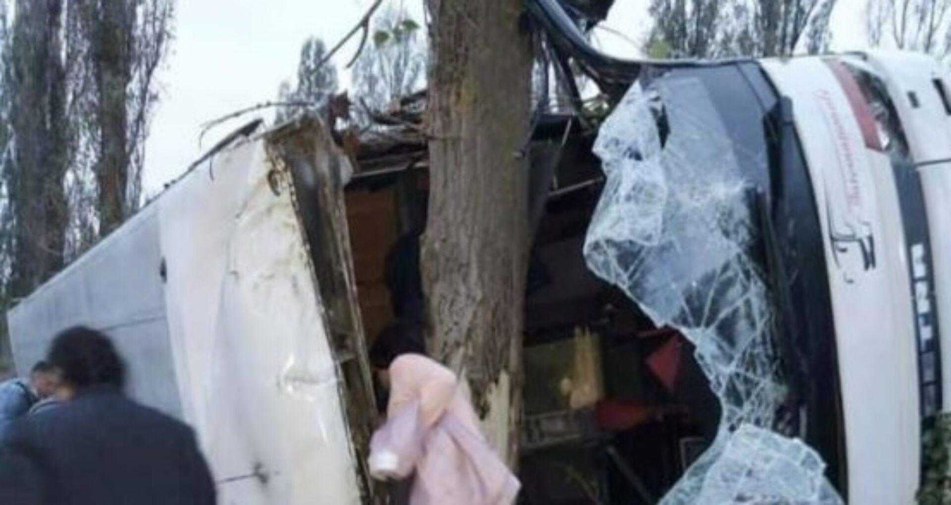FOTO/ Un autobuz plin cu pasageri, care circula pe cursa Chișinău – Moscova, s-a răsturnat într-un șanț într-o regiune din Ucraina