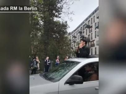 VIDEO/ Moment emoționant la Ambasada R. Moldova de la Berlin: Un tânăr a cântat la nai pentru moldovenii ce stau la coadă ca să voteze