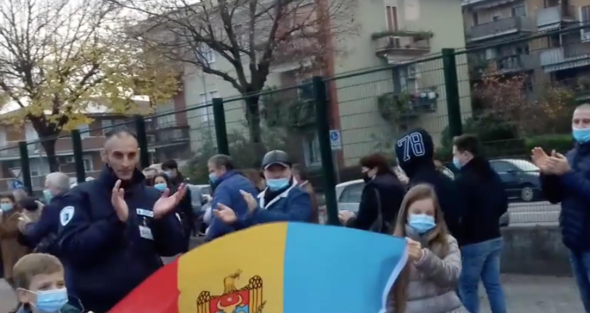 În aplauzele poliției de la Verona. Moldovenii care stau la rând pentru a vota, încurajați de forțele  de ordine italiene