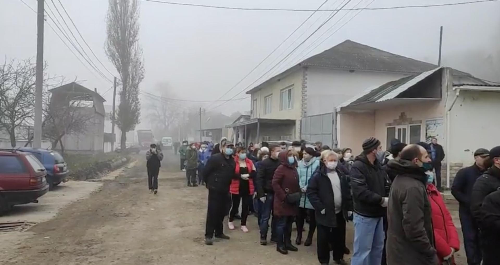 LIVE VIDEO/ Cozi la secțiile de votare din Rezina. Zeci de alegători din regiunea transnistreană așteaptă să voteze