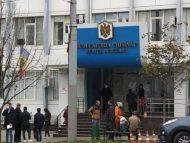 Judecătoria Buiucani, pentru a doua oară, în ultima lună, ținta unei amenințări cu bombă: toate persoanele, evacuate, iar pirotehniştii verifică interiorul clădirii