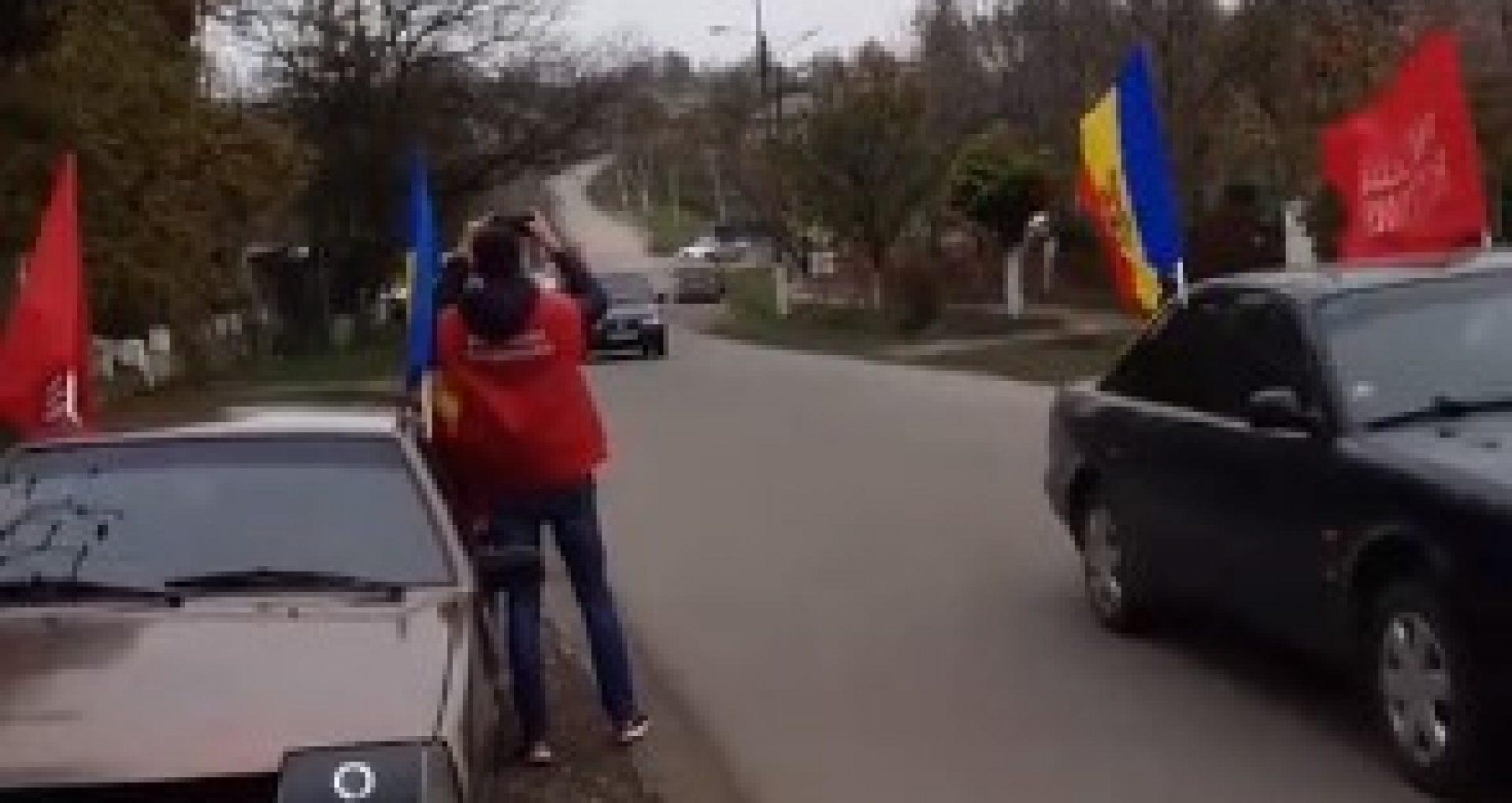 VIDEO/ Zeci de mașini cu drapele roșii care conțin mesaje în susținerea lui Dodon, în marș pe mai multe șosele naționale. Unii participanți spun că au fost plătiți pentru a participa