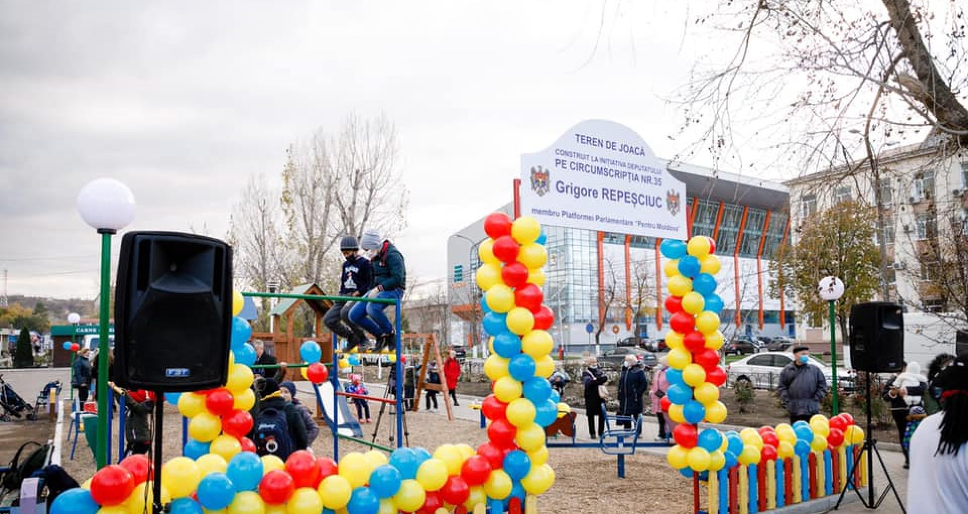 """Politică pe seama copiilor. Platforma """"Pentru Moldova"""" a inaugurat un teren de joacă în Căușeni, dar Primăria orașului a scos panoul cu tentă politică"""