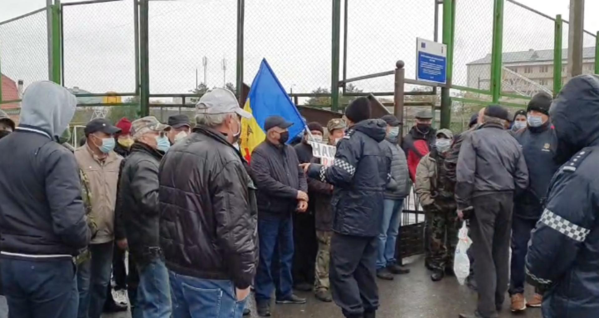 """VIDEO/ La Varnița, alegătorii din stânga Nistrului au format cozi la secțiile votare. Năstase: """"S-a folosit spray lacrimogen"""". Poliția, la fața locului"""