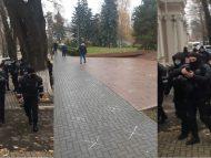 LIVE/ Parlamentul și Reședința de stat, împânzite de mascați, în timp ce organizatorii protestului desenează pe asfalt însemne pentru păstrarea distanței