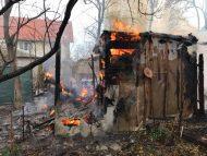 FOTO/ O casă de locuit din Capitală a fost cuprinsă de flăcări: 4 autospeciale au intervenit la fața locului