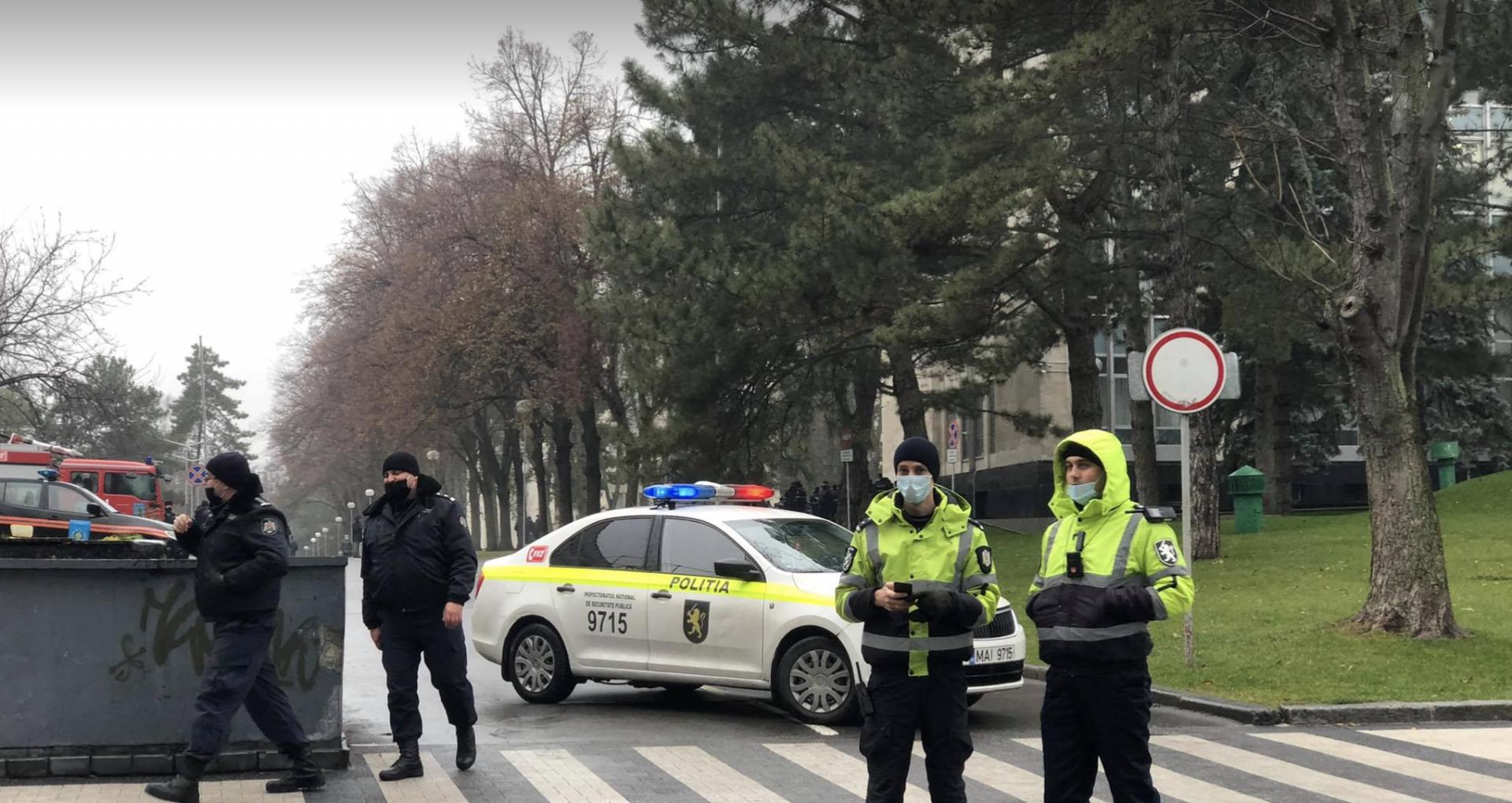 """FOTO/ Mai mulți polițiști, surprinși lângă Palatul Național """"Nicolae Sulac"""" și Parlamentul R. Moldva. IGP: Vor asigura ordinea publică"""