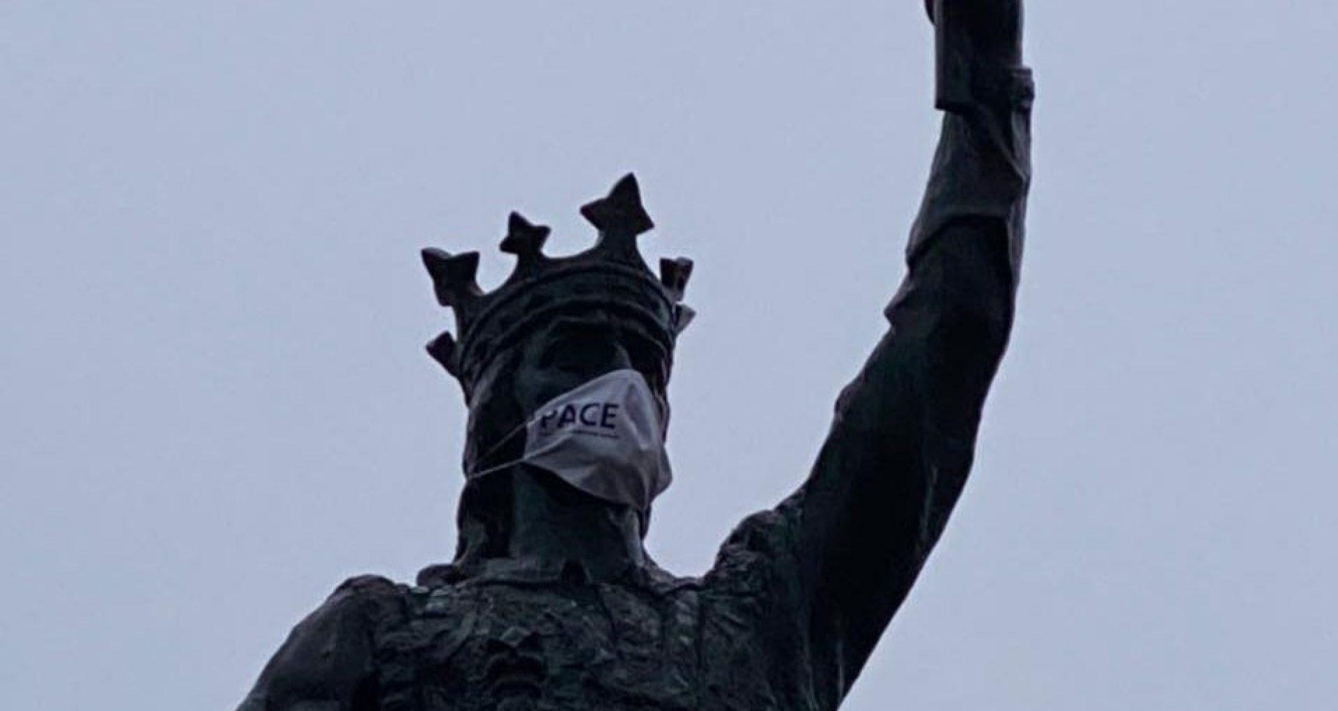 VIDEO/ Monumentul lui Ștefan cel Mare și Sfânt poartă mască cu însemnul unui partid
