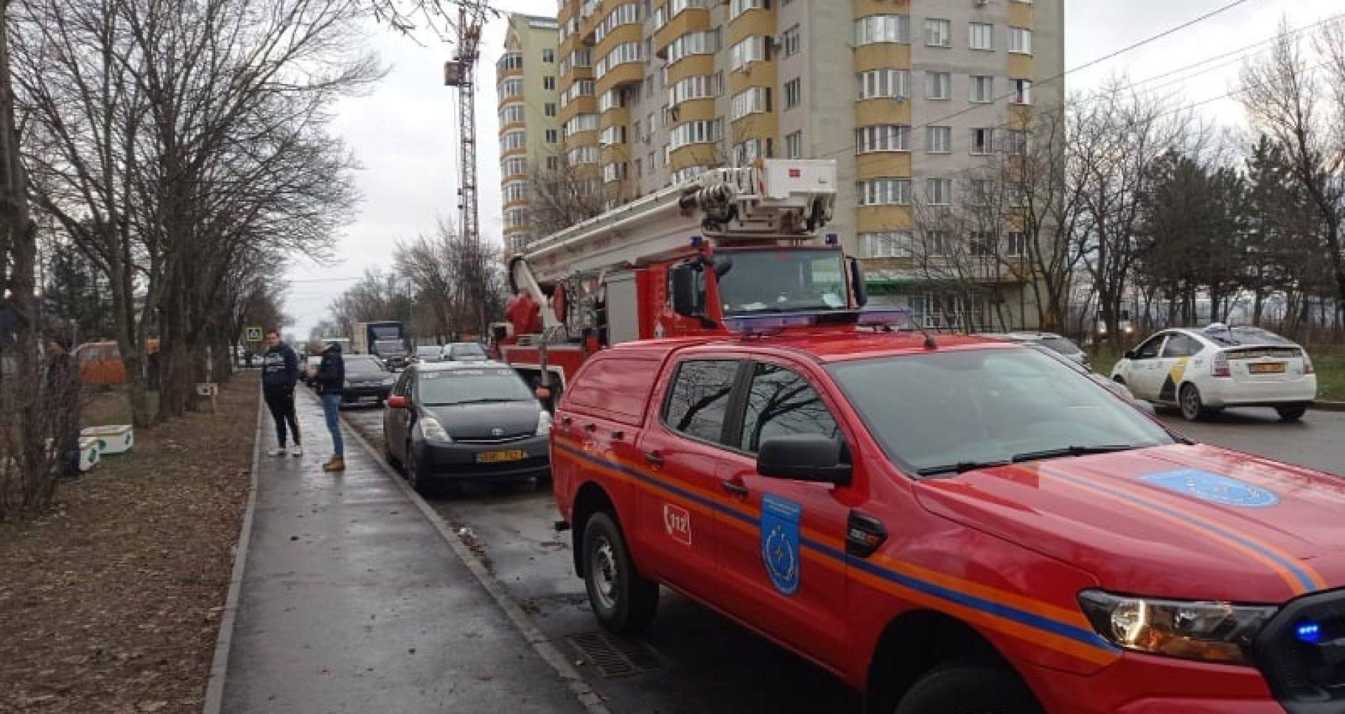 FOTO/ Incendiu într-un bloc locativ din capitală. Focul a distrus mai multe bunuri materiale însă nu sunt raportate victime