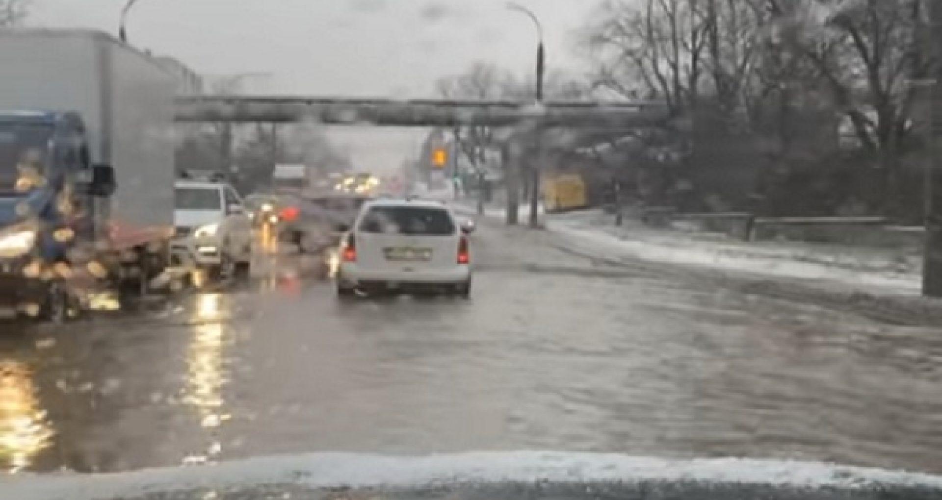 VIDEO/ O țeavă spartă a inundat o stradă din sectorul Botanica al Capitalei. Ce spun responsabilii de la Apă-Canal
