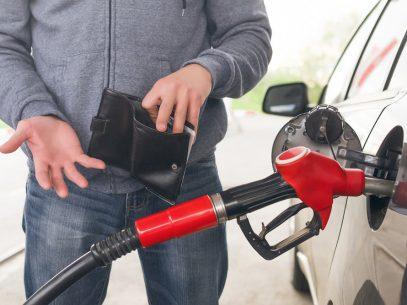 Guvernul analizează modificarea legislației, după scumpirile constante la carburanți, iar Consiliul Concurenței anchetează unii operatori
