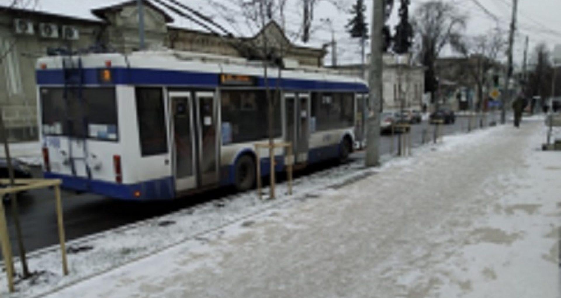 Situația pe străzile din Capitală privind deszăpezirea și circulația transportului public: peste 200 de tone de material antiderapant – împrăștiate pe drumuri