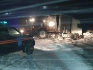 FOTO/ Peste 170 de autovehicule au fost deblocate de salvatori și pompieri de pe traseele din țară din cauza condițiilor meteo nefavorabile