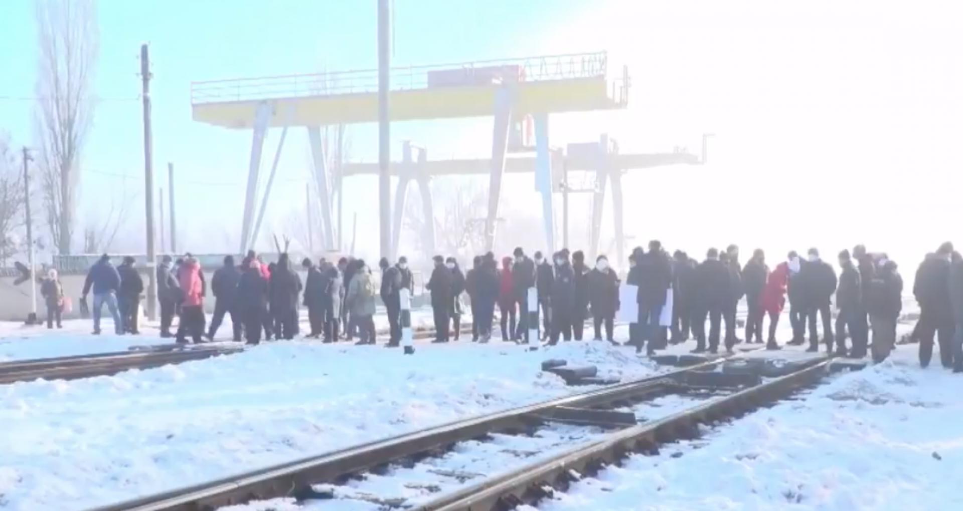 Angajaţii nodului feroviar Ocniţa au blocat circulaţia trenurilor marfare. Muncitorii spun că nu au primit salariile din luna noiembrie