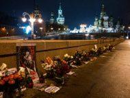 VIDEO/ Sute de oameni depun flori în memoria opozantului rus Boris Nemțov, care a fost ucis acum șase ani