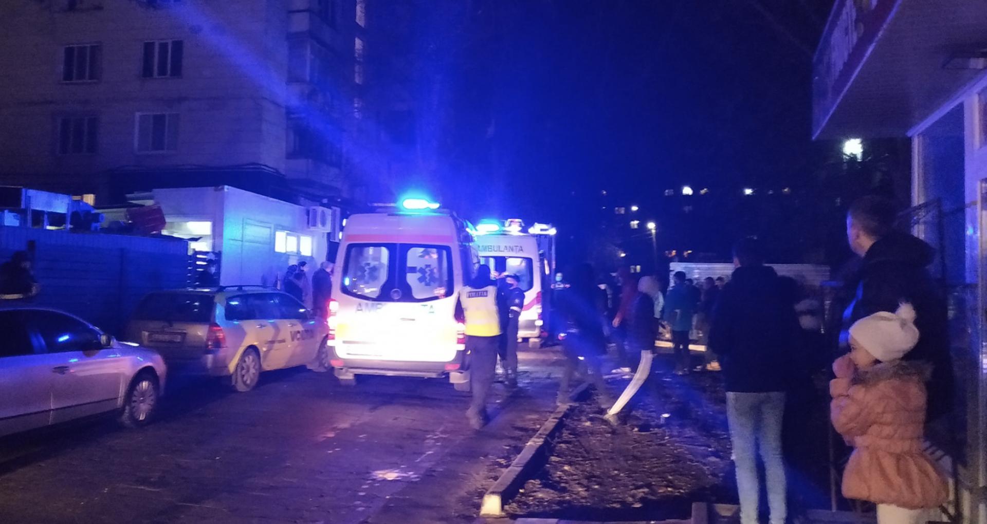 VIDEO/ Explozie în sectorul Botanica al capitalei. Mai multe echipaje ale salvatorilor, la fața locului. Doi minori și un adult au avut de suferit. Detalii de la IGSU