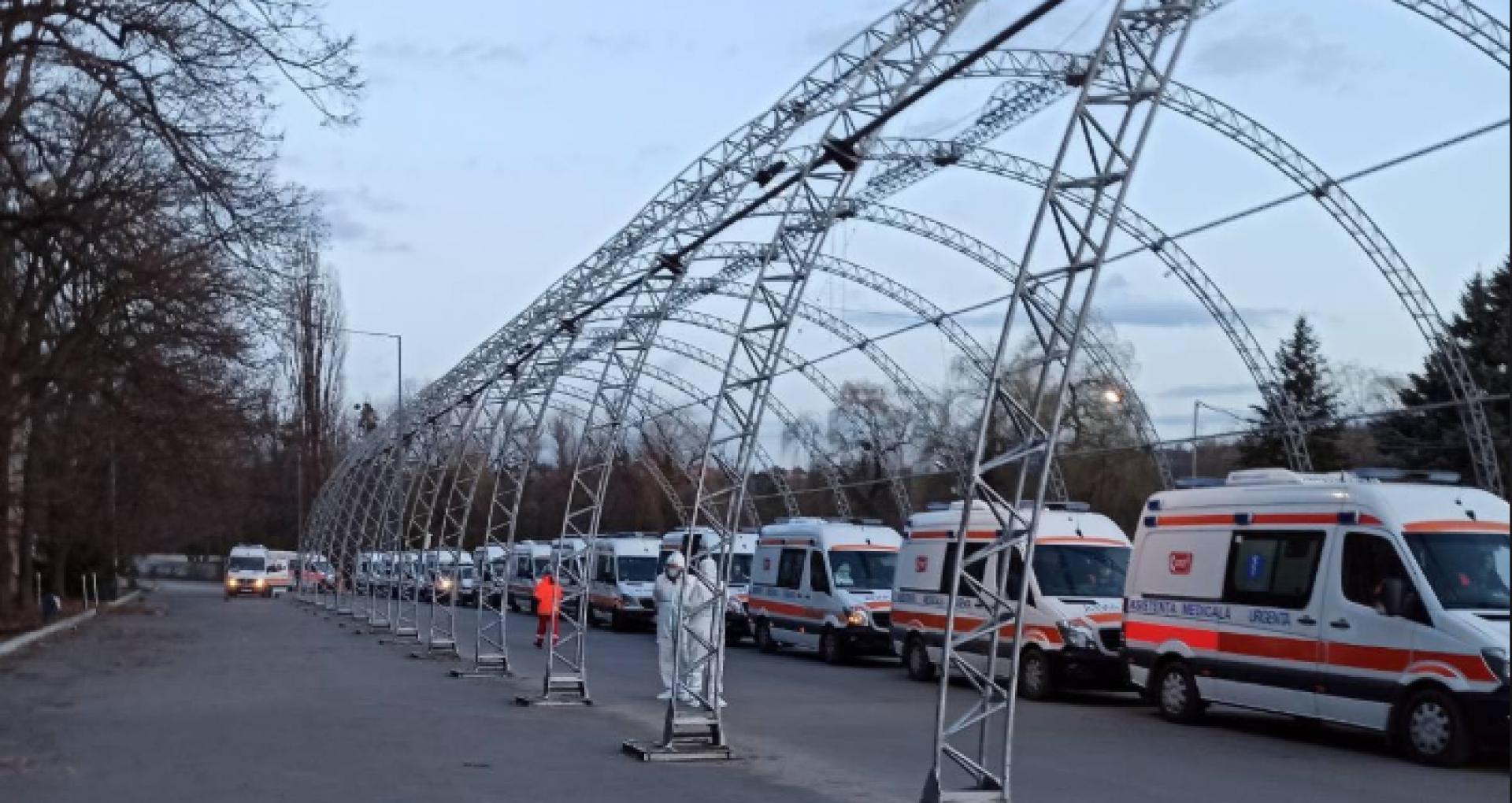 """VIDEO/ Directorul Spitalului Municipal """"Sfânta Treime"""", despre ambulanțele care stau în rând, chiar de la intrarea pe teritoriul Departamentului de Triere COVID-19: """"Este arhiplin"""""""