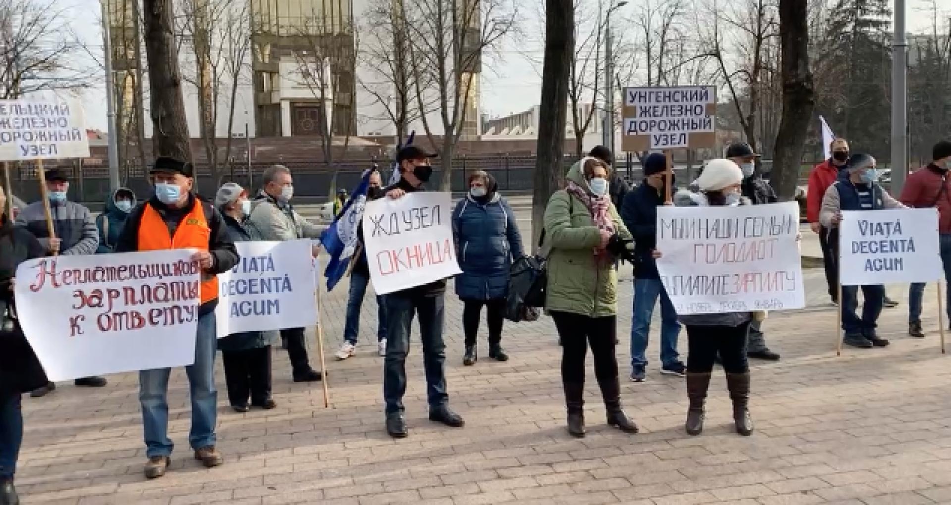 """VIDEO/ Angajații de la """"Calea Ferată din Moldova"""" protestează în fața  Parlamentului și a Președinției – Ziarul de Gardă"""