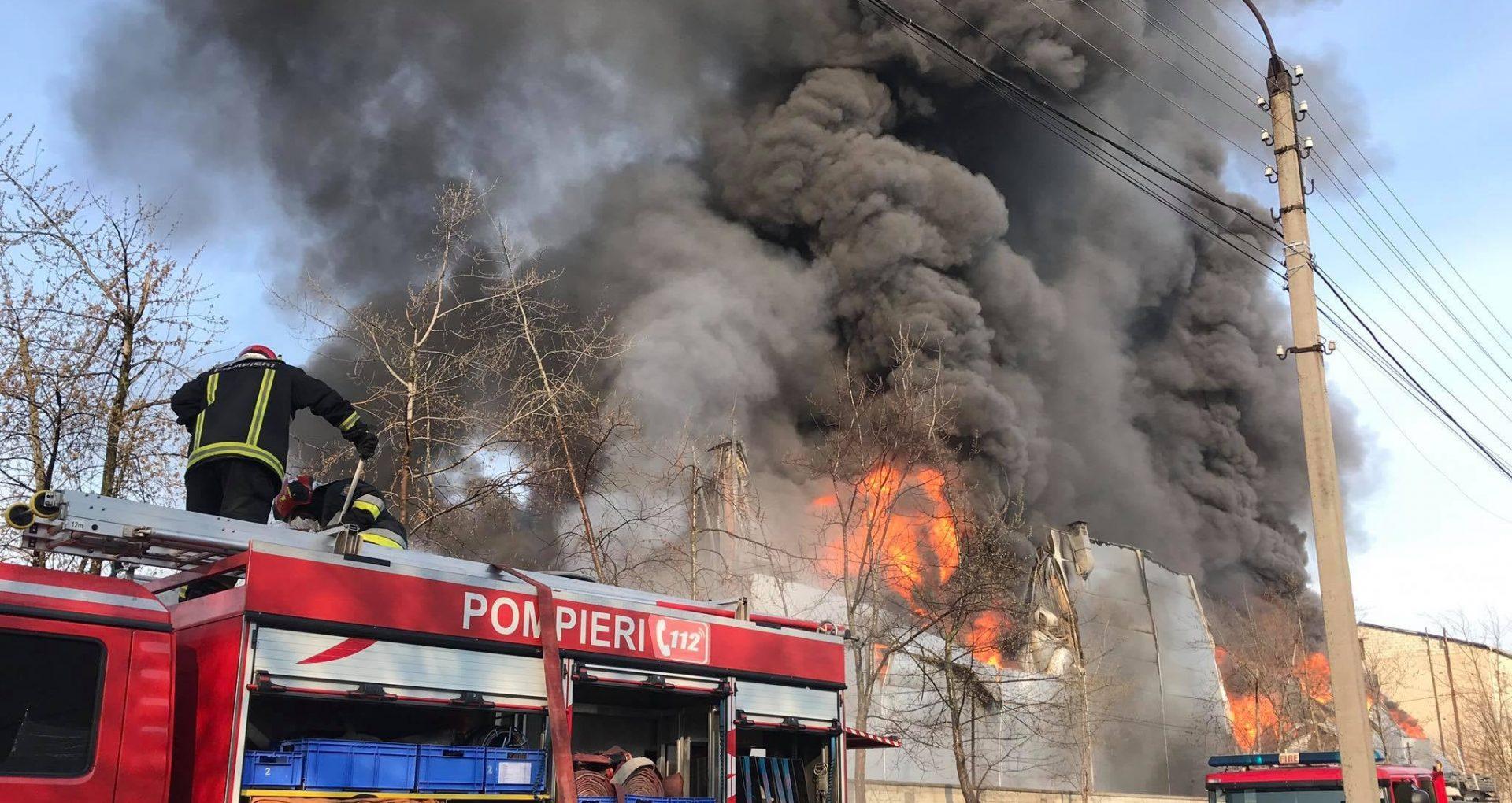VIDEO/ Incendiu devastator la un depozit de vopsea din Capitală. IGSU: flăcările au mistuit 2000 de metri pătrați din clădire