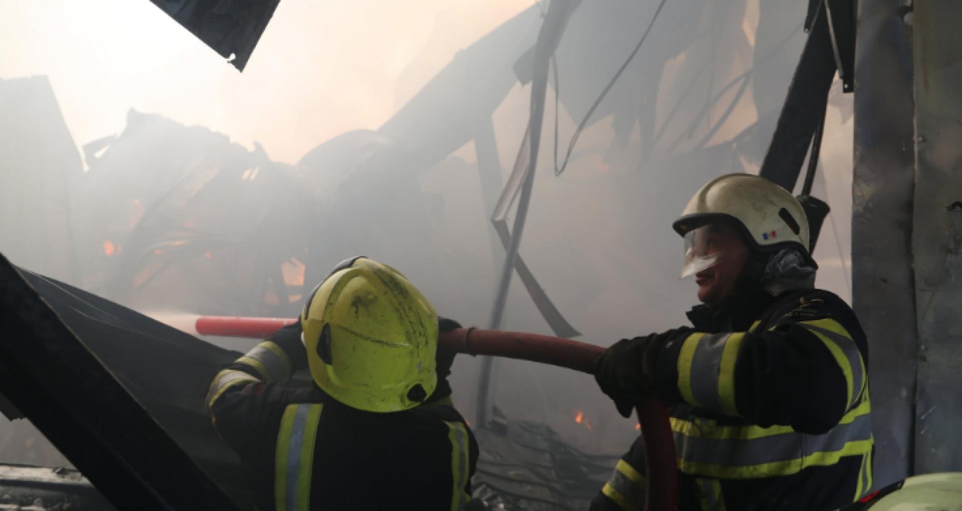 FOTO/ IGSU anunță că incendiul de la depozitul de vopsea din Capitală a fost lichidat după aproape 24 de ore