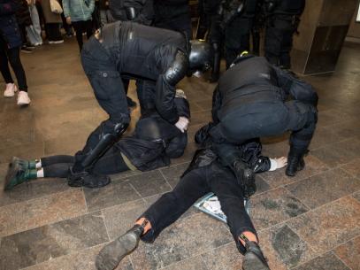 VIDEO/ La mitingul de solidaritate în susținerea lui Alexei Navalny, de la Sankt Petersburg, poliția a folosit arme de asomare