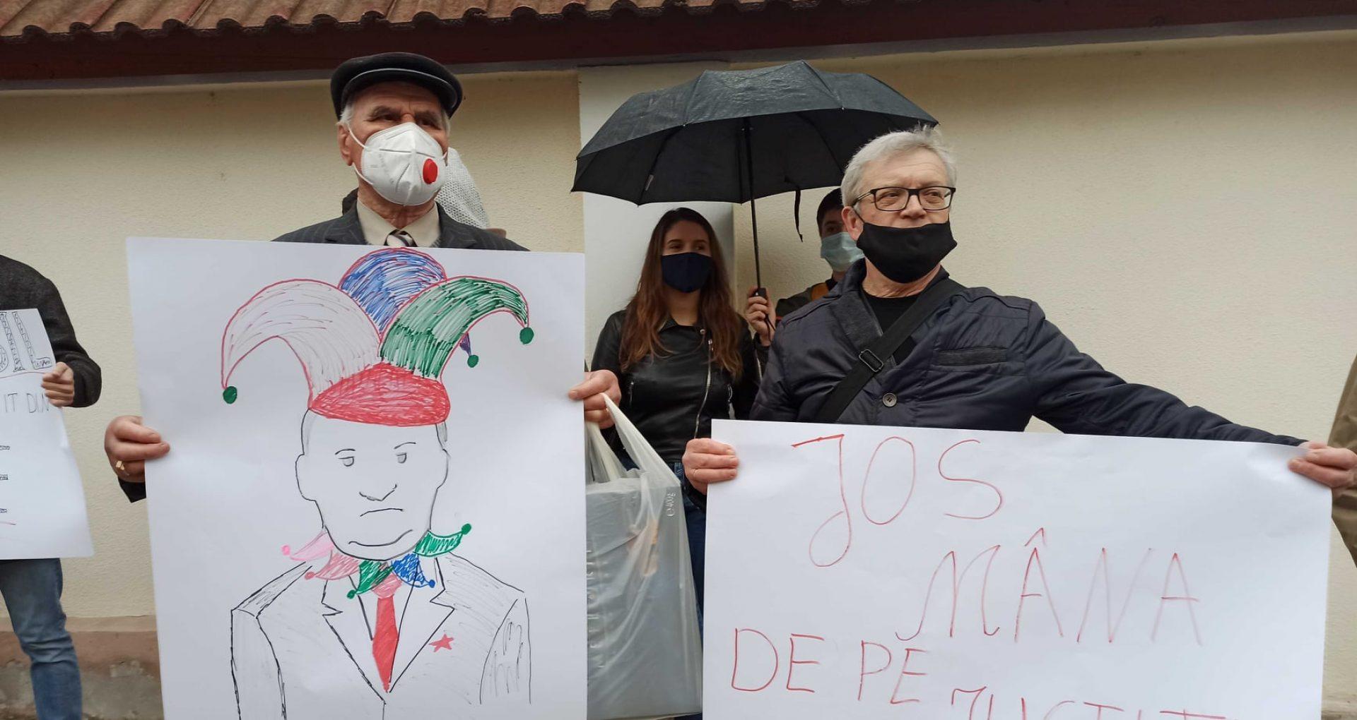 """LIVE/ Protest în fața CC. Oamenii scandează """"Noi suntem poporul"""". Deputat al Platformei DA: """"Se forțează nota, se joacă cu țara și cu oamenii"""""""